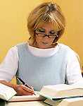 junge Frau macht Notizen, studiert, lernt | young woman studying, learning, taking notes