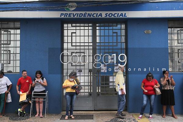 Campinas (SP), 19/03/2020 - INSS-SP - Fila de usuários a procura do serviço do Instituto Nacional de Seguridade Social (INSS) em agência de Campinas, interior de São Paulo, na manhã desta quinta-feira (19). O INSS suspendeu atendimento nas agências por 15 dias devido à covid-19.