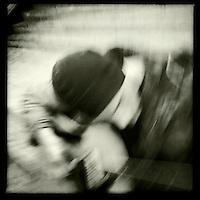 Strassenmusiker abends am Potsdamer Platz.<br /> 30.11.2011, Berlin<br /> Copyright: Christian-Ditsch.de<br /> [Inhaltsveraendernde Manipulation des Fotos nur nach ausdruecklicher Genehmigung des Fotografen. Vereinbarungen ueber Abtretung von Persoenlichkeitsrechten/Model Release der abgebildeten Person/Personen liegen nicht vor. NO MODEL RELEASE! Nur fuer Redaktionelle Zwecke. Don't publish without copyright Christian-Ditsch.de, Veroeffentlichung nur mit Fotografennennung, sowie gegen Honorar, MwSt. und Beleg. Konto: I N G - D i B a, IBAN DE58500105175400192269, BIC INGDDEFFXXX, Kontakt: post@christian-ditsch.de<br /> Bei der Bearbeitung der Dateiinformationen darf die Urheberkennzeichnung in den EXIF- und  IPTC-Daten nicht entfernt werden, diese sind in digitalen Medien nach §95c UrhG rechtlich geschuetzt. Der Urhebervermerk wird gemaess §13 UrhG verlangt.]