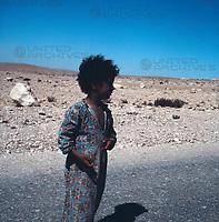 Beduinenmädchen in Awdat, Israel 1970er Jahre. Bedouin girl in Avdat, Israel 1970s.