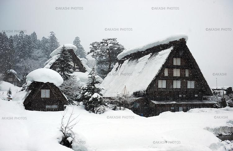 Gassho zukuri House, a traditional Japanese house with a steep rafter roof in Shirakawa-go, historical village registered as an UNESCO world heritage site.<br /> <br /> La maison Gassho zukuri, une maison japonaise traditionnelle avec un toit en pente raide à Shirakawa-go, village historique classé au patrimoine mondial de l'UNESCO.