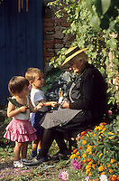 Europe/France/Limousin/23/Creuse: Grand mère et enfants - paysanne creusoise Auto N: C35 C36 C37 C38 C39 C40<br /> PHOTO D'ARCHIVES // ARCHIVAL IMAGES<br /> FRANCE 1980