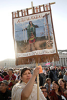 Una nativa americana attende l'inizio della cerimonia di canonizzazione di Kateri Tekakwitha, insieme ad altri sei nuovi santi, in Piazza San Pietro, Citta' del Vaticano, 21 ottobre 2012..A Native American Indian holds a banner portraying Kateri Tekakwitha, in St. Peter square, prior to take part in a canonization ceremony at the Vatican, 21 October 2012. Kateri Tekakwitha, a 17th-century Mohawk Indian who spent most of her life in what is now upstate New York, was declared a saint along with six others in a ceremony attended by the Pope..UPDATE IMAGES PRESS/Riccardo De Luca.NO USA SALES