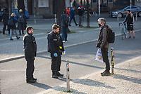 """Etwa 3 dutzend Menschen versuchten am Samstag den 28. Maerz 2020 in Berlin-Mitte, trotz einem allgemeinen Versammlungsverbot durch die Behoerden sich zu einer """"Hygienedemo"""" zu versammeln. Ihre Forderung war """"fuer unsere Verfassung, das Grundgesetz, sowie Transparenz, Pressefreiheit, Wahlen und vollstaendige Demokratie & Transparenz bei der Einsetzung neuer Wirtschaftsgesetze in Form einer """"Verfassung der Oekonomie"""".<br /> Es wurden Exemplare des Grundgesetz verteilt. Die Polizei forderte die Menschen auf sich zu zerstreuen und nach ca. 30 Minuten nahm sie von Menschen, die der Aufforderung nicht nachkamen die Personalien auf und erteilte Platzverweise.<br /> Aufgerufen zu der Aktion hatte eine Gruppe namens """"nichtohneuns.de"""".<br /> Im Bild: Die Polizei fordert Menschen auf den Platz zu verlassen.<br /> 28.3.2020, Berlin<br /> Copyright: Christian-Ditsch.de<br /> [NUR FUER REDAKTIONELLE ZWECKE! Werbung nur auf Anfrage beim Fotografen. Inhaltsveraendernde Manipulation des Fotos nur nach ausdruecklicher Genehmigung des Fotografen. Vereinbarungen ueber Abtretung von Persoenlichkeitsrechten/Model Release der abgebildeten Person/Personen liegen nicht vor. NO MODEL RELEASE! Don't publish without copyright Christian-Ditsch.de, Veroeffentlichung nur mit Fotografennennung, sowie gegen Honorar, MwSt. und Beleg. Konto: I N G - D i B a, IBAN DE58500105175400192269, BIC INGDDEFFXXX, Kontakt: post@christian-ditsch.de<br /> Bei der Bearbeitung der Dateiinformationen darf die Urheberkennzeichnung in den EXIF- und  IPTC-Daten nicht entfernt werden, diese sind in digitalen Medien nach §95c UrhG rechtlich geschuetzt. Der Urhebervermerk wird gemaess §13 UrhG verlangt.]"""