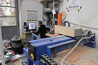 - Milano, laboratorio fablab - Miocugino - fresatura in 3D con fresa gestita dal computer<br /> <br /> - Milan, laboratory FabLab - Miocugino - 3D milling with cutter controlled by computer