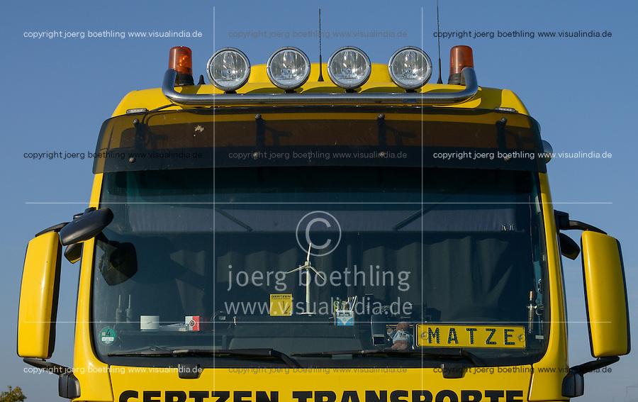 GERMANY, highway A20,  transport of rotor blades for wind turbines / DEUTSCHLAND, Autobahn A20, Transport von Rotorblaettern fuer Windkraftanlagen