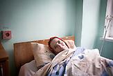 Die Tuberkulose tritt daher häufig als Folge einer Infektion mit<br />HIV auf. Nina, 47 Jahre, in ihrem Bett, Palliativstation Krankenhaus<br />Chisinau. Nina ist schwere Alkoholikerin und seit Oktober 2013 auf<br />der Zustand. Ihr Zustand verschlechterte sich jedoch trotz<br />Behandlung zunehmende. 2009 wurden bei ihr zum ersten Mal<br />multiresistente Tuberkulose-Erreger entdeckt, als sie als Notfall<br />eingeliefert wurde und fast einen Monat auf der Intensivstation<br />verbracht hatte. Jetzt ist der Zustand zumindest stabil, die Ärzte<br />haben jedoch keine große Hoffnung. Sie leidet daran, dass sie<br />ganz allein ist und bedauert, dass sie sich wegen ihrer<br />Alkoholsucht nicht um ihre drei Kinder gekümmert hat, die sie jetzt<br />nicht mehr besuchen. // Moldova is still the poorest country of Europe. Hopes to join the European Union are high. After progress in the past years tuberculosis is on the rise again. The number of new patients raise since 2010 and is on a level that has not been reached since the late 90s.