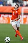 Nederland, Rotterdam, 20 mei 2015<br /> Oefeninterland voor WK Canada 2015<br /> Seizoen 2014-2015<br /> Nederland-Estland<br /> Eshly Bakker van Nederland in actie met bal