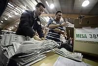 BOGOTÁ -COLOMBIA. 25-05-2014.  Jurados electorales hacen el escrutinio al final de la jornada de elecciones Presidenciales en en Colombia que se realizan hoy 25 de mayo de 2014 en todo el país./ Electoral juries make a scrutiny at the end of the day of Presidential elections in Colombia that made today May 25, 2014 across the country. Photo: VizzorImage/ Gabriel Aponte / Staff