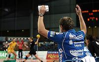 """1. Bundesliga Handball Damen - Frauen Handball BL DHB - Arena Leipzig - HC Leipzig : TSV Bayer 04 Leverkusen """"Handballelfen"""" - im Bild: HCL Coach Trainer Heine Jensen auf der Bank . Foto: Norman Rembarz..Norman Rembarz , Autorennummer 41043728 , Augustenstrt. 2, 04317 Leipzig, Tel.: 01794887569, Hypovereinsbank: BLZ: 86020086, KN: 357889472, St.Nr.: 231/261/06432 - Jegliche kommerzielle Nutzung ist honorar- und mehrwertsteuerpflichtig! Persönlichkeitsrechte sind zu wahren. Es wird keine Haftung übernommen bei Verletzung von Rechten Dritter. Autoren-Nennung gem. §13 UrhGes. wird verlangt. Weitergabe an Dritte nur nach  vorheriger Absprache.."""