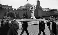 Mosca (Moscow) / Russia 24/8/1991.Giovani fedeli di rito ortodosso portano in processione la statua della Madonna in piazza Rossa fino alla Cattedrale di San Basilio. E' una fotografia simbolica del cambiamento sociale scatenato dal golpe che ha sancito la fine del Comunismo. Fino a quel giorno era proibita ogni pratica religiosa e le chiese erano chiuse o usate per altri scopi..Young faithful of the Orthodox religion carried in procession the statue of the Virgin Mary in Red Square to the Cathedral of St. Basil. It is a symbolic picture of social change unleashed by the coup that marked the end of Communism. Until that day was banned all religious practice and the churches were closed or used for other purposes..Photo Livio Senigalliesi.