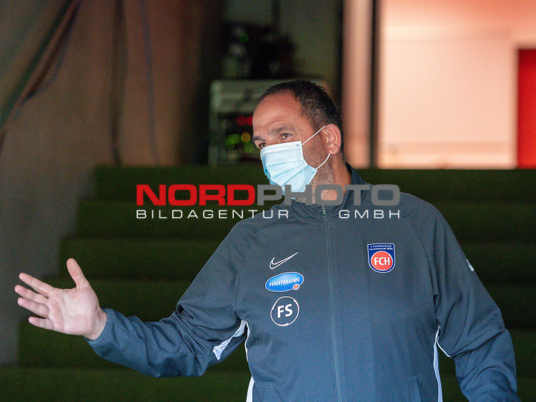 Frank Schmidt, Trainer (FC Heidenheim), mscht spaesse mit den Fotografen,<br /> <br /> GER, FC Heidenheim vs. Werder Bremen, Fussball, Bundesliga Religation, 2019/2020, 06.07.2020,<br /> <br /> DFB/DFL regulations prohibit any use of photographs as image sequences and/or quasi-video., <br /> <br /> <br /> Foto: EIBNER/Sascha Walther/Pool/gumzmedia/nordphoto