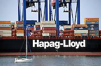 GERMANY Hamburg, river Elbe, HAPAG-Lloyd container vessel in harbour at CTA Container terminal Altenwerder / DEUTSCHLAND Hamburg, Hapag-Lloyd Containerschiff Colombo Express am Container Terminal Altenwerder CTA