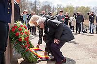 Mehrere hundert Menschen kamen zur Feierlichkeit anlaesslich des 70. Jahrestages der Befreiung des Frauen-Konzentrationslagers Ravensbrueck, unter ihnen auch die Bundesministerin fuer Bildung und Forschung, Prof. Dr. Johanna Wanka (im Bild). Von den ueber 120.000 Frauen und 20.000 Maennern, die im Nationalsozialismus in dem Konzentrationslager inhaftiert waren leben 70 Jahre nach der Befreiung durch die Rote Armee nur noch 160. Viele der Ueberlebenden waren u.a. aus Frankreich, Norwegen, Polen, Spanien, Slovakei und Italien angereist.<br /> Im Anschluss an die offiziellen Reden wurden Kraenze am Manhmal am Schwedter See niedergelegt. In dem See wurde in der NS-Zeit die Asche der ermordeten gekippt.<br /> Im Bild: Prof. Dr. Johanna Wanka, Bundesministerin fuer Bildung und Forschung (links) und Dr. Annette Chalut, Praesidentin des Internationalen Ravensbrueck-Komitees (rechts) legen am Manhmal fuer die Ermordeten einen Kranz der Bundesregierung nieder.<br /> 19.4.2015, Ravensbrueck/Brandenburg<br /> Copyright: Christian-Ditsch.de<br /> [Inhaltsveraendernde Manipulation des Fotos nur nach ausdruecklicher Genehmigung des Fotografen. Vereinbarungen ueber Abtretung von Persoenlichkeitsrechten/Model Release der abgebildeten Person/Personen liegen nicht vor. NO MODEL RELEASE! Nur fuer Redaktionelle Zwecke. Don't publish without copyright Christian-Ditsch.de, Veroeffentlichung nur mit Fotografennennung, sowie gegen Honorar, MwSt. und Beleg. Konto: I N G - D i B a, IBAN DE58500105175400192269, BIC INGDDEFFXXX, Kontakt: post@christian-ditsch.de<br /> Bei der Bearbeitung der Dateiinformationen darf die Urheberkennzeichnung in den EXIF- und  IPTC-Daten nicht entfernt werden, diese sind in digitalen Medien nach §95c UrhG rechtlich geschuetzt. Der Urhebervermerk wird gemaess §13 UrhG verlangt.]