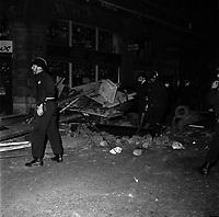 Rue de Metz. Nuit du 11 au 12 juin 1968. Vue d'ensemble CRS autour d'une barricade. Vue de nuit. Cliché pris durant les évènements de Mai 68 à Toulouse.