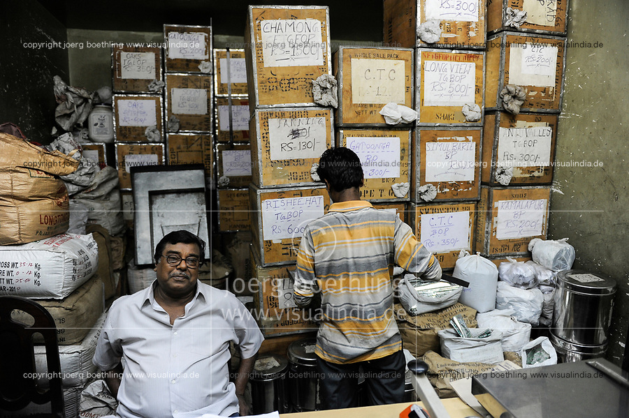 INDIA, West Bengal, Kolkata, tea shop sells Assam and Darjeeling teas / INDIEN, Westbengalen, Kalkutta, Teeladen verkauft Teesorten aus Darjeeling und Assam