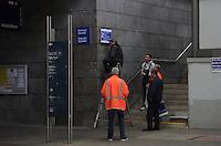 Vollsperrung des Hauptbahnhof Leipzig - 4 Tage Lang rollt kein Zug in den Kopfbahnhof ein oder aus - Zwischen Leipzig Messe und Hauptbahnhof wird ein Schienenersatzverkehr durch die LVB durchgeführt - im Bild: die Lage am Bahnhof Neue Messe - DB-Mitarbeiter aktualisieren die Beschilderung an den Gleisaufgängen.  Foto: Norman Rembarz