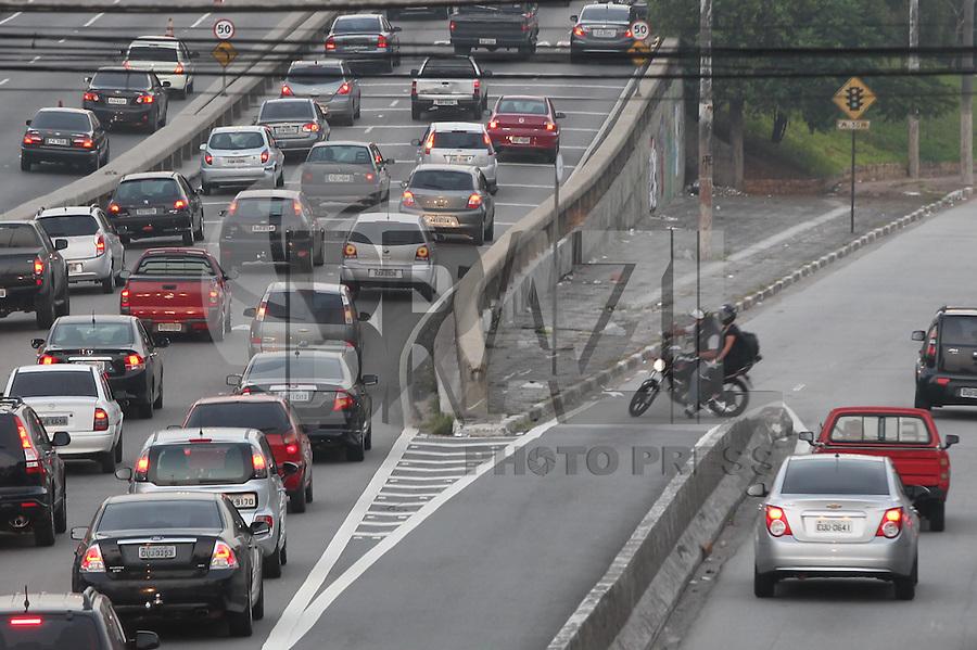 SAO PAULO, SP, 27/01/2014, IMPRUDENCIA NO TRANSITO. Cena de imprudencia a manha dessa segunda-feira (27). Um motociclista anda pela contra mao na Radial Leste. Luiz Guarnieri/ Brazil Photo Press.