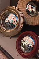 """Italie, Vénétie, Venise:  Stefano Coluccio, a recréé le miroir convexe d'antan, le fameux miroir dit """"miroir de sorcière"""" , boutique Canestrelli 1173, Calle de la Toletta - Dorsoduro    // Italy, Veneto, Venice: Witch's mirrors, known also as """"Sorcière"""", artisanal mirrors by Stefano Coluccio, shop Canestrelli 1173, Calle de la Toletta - Dorsoduro"""