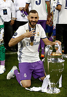 Calcio, Champions League: finale Juventus vs Real Madrid. Cardiff, Millennium Stadium, 3 giugno 2017.<br /> Real Madrid's Karim Benzema poses with the trophy at the end of the Champions League final match between Juventus and Real Madrid at Cardiff's Millennium Stadium, Wales, June 3, 2017. Real Madrid won 4-1.<br /> UPDATE IMAGES PRESS/Isabella Bonotto