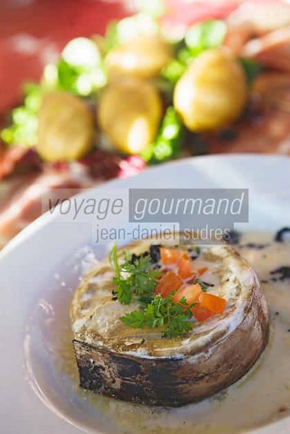 Europe/France/Rhone-Alpes/74/Haute-Savoie/Megève: Restaurant d'Altitude l'Alpette dans le Massif de Rochebrune - boite chaude au vacherin avec pommes de terre et charcuterie