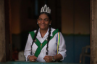 """Madrinha Gecila Teixeira de Souza, 66 anos, uma cabocla de tranças compridas conta que """"desde os 12 anos, por ordem do Mestre Irineu, vestiu sua farda, pois ele achou que ela já estava pronta, já bailava e cantava, tinha aprendido e sabia os hinários"""". E acrescenta, """"os hinários são a nossa doutrina e as preces do nosso serviço"""".<br /> <br /> <br /> O Santo Daime, bebida sagrada para a doutrina, encontra suas origens nas populações indígenas da Amazônia ocidental, iniciando como movimento doutrinário nas primeiras décadas do século XX, por meio do trabalho espiritual do seu fundador, o maranhense e neto de escravos Raimundo Irineu Serra. Segundo os registros, ao Mestre Irineu foi revelada uma doutrina de cunho cristão e eclético, reunindo tradições católicas, espíritas, esotéricas, caboclas e indígenas em torno do uso ritual do milenar chá conhecido pelos povos Incas como ayahuasca - vinho das almas - e por ele denominado Santo Daime"""". <br /> Acre, Brasil<br /> Foto Eraldo Peres/Photoagência/Acervo H<br /> 2016<br /> <br /> Vila Céu do Mapiá<br /> A vila Céu do Mapiá, fundada 1983, está situada nas cabeceiras do igarapé Mapiá, distando 30 km do Rio Purus, numa das áreas mais preservadas da Amazônia ocidental brasileira. Só é acessível por meio fluvial, descendo o Rio Purus e depois subindo o igarapé Mapiá por no mínimo seis horas. Nos primeiros tempos a subida do igarapé por canoa podia levar mais de um dia, dificultada pela grande quantidade de troncos caídos sobre se leito, devido à décadas de completo abandono."""