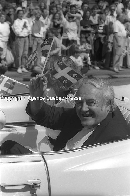 Raymond Levesque<br /> au<br /> Defile de la St-Jean-Baptiste, date inconnue , vers 1990<br /> <br /> PHOTO :  Agence Quebec Presse