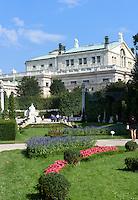 Burgtheater und Sisi-Denkmal im Volksgarten in Wien, Österreich, UNESCO-Weltkulturerbe<br /> Burgtheater and Sisi-Monumen in Volksgarten, Vienna, Austria, world heritage