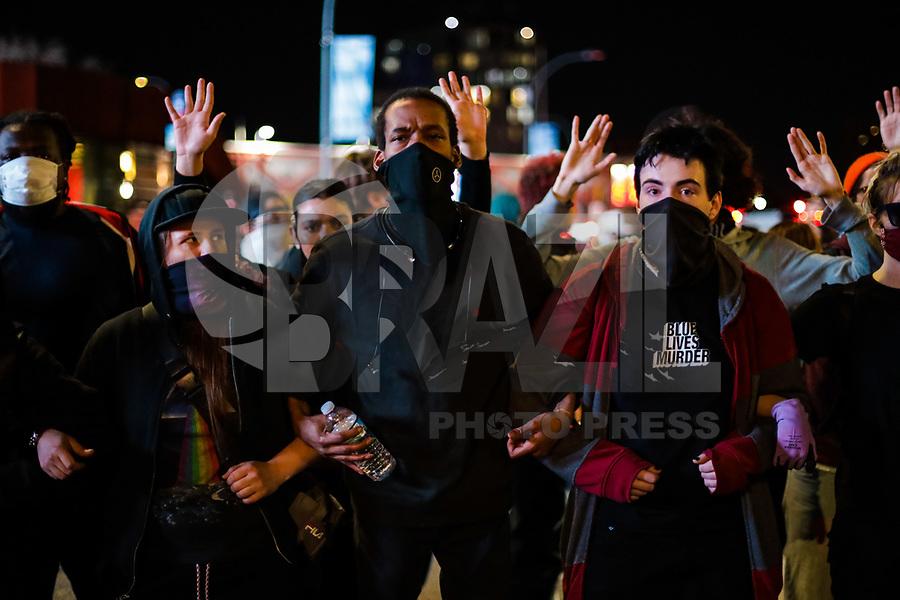NOVA YORK, EUA, 31.05.2020 - PROTESTO-NEW YORK -  Manifestantes durante protesto em  Nova York nos Estados Unidos neste domingo, 31. Protestos em todo o país foram motivados depois da morte de George Floyd no dia 25 de maio, após de ser asfixiado por 8 minutos e 46 segundos pelo policial branco Derek Chauvin em Minneapolis, no estado de Minnesota.(Foto: Vanessa Carvalho/Brazil Photo Press)