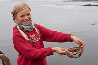 Mädchen, Kind mit einem Taschenkrebs, Taschen-Krebs an der Meeresküste, Cancer pagurus, European edible crab, Krabbe, Knieper
