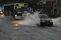 FOTO EMBARGADA PARA VEICULOS INTERNACIONAIS. SAO PAULO, SP, 28/10/2012.Com a forte chuva que caiu sobre a capital paulista, várias ruas ficaram alagadas, na foto a    Av Paes de Barros no Bairro da Mooca. Luiz Guarnieri/ Brazil Photo Press.