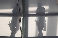 Sitzung des Deutschen Bundestag am Mittwoch den den 29. Februar 2020.<br /> Im Bild: Angestellte einer Reinigungsfirma machen eine Pause in der Kuppel ueber dem Plenarsaal.<br /> 29.1.2020, Berlin<br /> Copyright: Christian-Ditsch.de<br /> [NUR FUER REDAKTIONELLE ZWECKE! Werbung nur auf Anfrage beim Fotografen. Inhaltsveraendernde Manipulation des Fotos nur nach ausdruecklicher Genehmigung des Fotografen. Vereinbarungen ueber Abtretung von Persoenlichkeitsrechten/Model Release der abgebildeten Person/Personen liegen nicht vor. NO MODEL RELEASE! Don't publish without copyright Christian-Ditsch.de, Veroeffentlichung nur mit Fotografennennung, sowie gegen Honorar, MwSt. und Beleg. Konto: I N G - D i B a, IBAN DE58500105175400192269, BIC INGDDEFFXXX, Kontakt: post@christian-ditsch.de<br /> Bei der Bearbeitung der Dateiinformationen darf die Urheberkennzeichnung in den EXIF- und  IPTC-Daten nicht entfernt werden, diese sind in digitalen Medien nach §95c UrhG rechtlich geschuetzt. Der Urhebervermerk wird gemaess §13 UrhG verlangt.]
