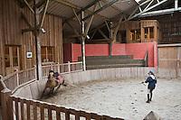 Europe/France/Picardie/80/Somme/Baie de Somme/ St-Quentin-en-Tourmont: Espace Equestre Henson-Marquenterre - dressage en manège des chevaux Henson.
