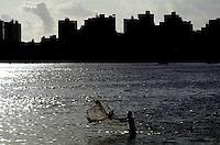 """Vista da praia do Calhau iluminada pelo pÙr-do-sol e do pescador joga a rede de pesca na tentativa de pegar mais alguns peixes.<br /> S""""o Luiz-Maranh""""o-Brasil16 a 22/05/01<br /> ©Foto: Paulo Santos/ Interfoto<br /> Cromo Maranh""""o Cor 135 P1 C2 200 dpi/ 30 cm"""