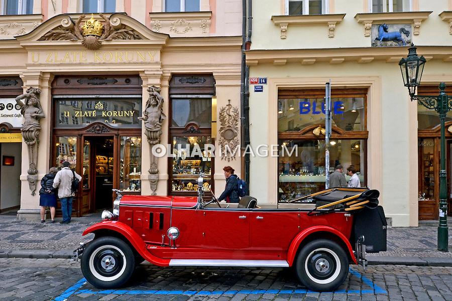 Carros antigos na cidade de Praga. Republica Checa. 2011. Foto de Juca Martins.