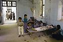 Irak 1991  Halabja, salle d'hopital dans la ville en ruines   Iraq 1991  Halabja in ruins, patients in hospital