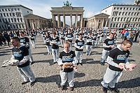 """Aus Protest gegen die industrielle Nutzung von Tieren halten am Dienstag den 25. Maerz 2014 vor dem Brandenburger Tor 100 Menschen 100 tote Huehner, Fische, Ferkel, Gaense und Laemmer in den Haenden.<br />Ziel der Aktion war es, """"zu verdeutlichen, dass Tiere keine Produkte sondern empfindsame Lebewesen mit einem Recht auf Leben sind"""" so die Organisatoren von der Tierrechtsorganisation Animal Equality.<br />25.3.2014, Berlin<br />Copyright: Christian-Ditsch.de<br />[Inhaltsveraendernde Manipulation des Fotos nur nach ausdruecklicher Genehmigung des Fotografen. Vereinbarungen ueber Abtretung von Persoenlichkeitsrechten/Model Release der abgebildeten Person/Personen liegen nicht vor. NO MODEL RELEASE! Don't publish without copyright Christian-Ditsch.de, Veroeffentlichung nur mit Fotografennennung, sowie gegen Honorar, MwSt. und Beleg. Konto:, I N G - D i B a, IBAN DE58500105175400192269, BIC INGDDEFFXXX, Kontakt: post@christian-ditsch.de]"""