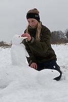 Kinder bauen einen Pinguin aus Schnee, Pinguin reitet auf einer Schildkröte, Schneetier