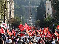 Manifestazione di metalmeccanici a Roma, 9 ottobre 2009, in occasione dello sciopero della categoria indetto dalla Fiom Cgil..Metalworkers demonstrate in Rome, 9 october 2009, in occasion of a strike summoned by Fiom Cgil union..UPDATE IMAGES PRESS/Riccardo De Luca