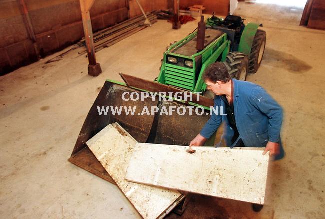 Angerem,05-01-98  foto:Koos Groenewold (APA)<br />Dhr Roelofs verwijdert oude platen uit de voormalige varkensstal.