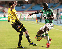 CALI -COLOMBIA-02-04-2014. Mauricio Casierra (Der) del Deportivo Cali disputa el balón con Juan Guillermo Arboleda (Izq) de Alianza Petrolera durante partido por la fecha 14 de la Liga Postobón I 2014 jugado en el estadio Pascual Guerrero de la ciudad de Cali./ Deportivo Cali player Mauricio Casierra (R) fights for the ball with Alianza Petrolera player Juan Guillermo Arboleda (L) during match for the 14th date of Postobon League I 2014 played at Pascual Guerrero stadium in  Cali city.Photo: VizzorImage/ Juan C. Quintero /STR