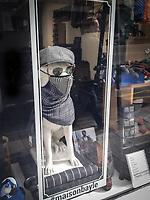 vetrina a Parigi nel Marais, mascherina per cane