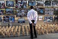 KENIA Nairobi, Ausstellung dokumentiert die gewaltsamen Konflikte zwischen Milizen verschiedener Ethnien wie Kikuyu, Luo nach den Wahlen 2007, die 1300 Menschen das Leben kostete, auch die militante und kriminelle Geheimsekte der Mungiki war dabei involviert  / KENYA Nairobi, a photo exhibition documentate the post election violence 2007 between different ethnic groups like Kikuyu, Luo and others, where also the Mungiki sect was involved