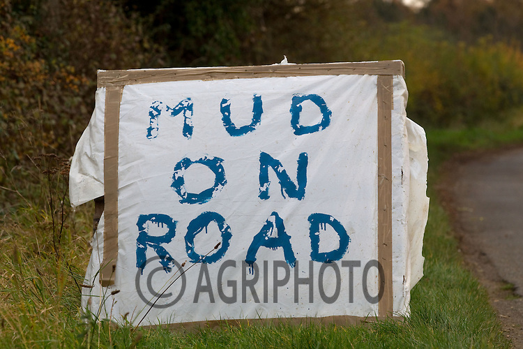 Mud on the road sign.Picture Tim Scrivener date taken 20th November 2012.mobile 07850 303986 e-mail tim@agriphoto.com.....covering agriculture in the Uk....