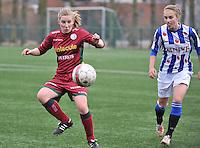 Dames Zulte - Waregem - SC Heerenveen : Laura Vervacke aan de bal voor Vivianne Miedema (rechts).foto VDB / BART VANDENBROUCKE