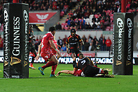 Jonathan Davies of Scarlets scores his sides third try during the Guinness Pro14 Round 5 match between Scarlets and Isuzu Southern Kings at the Parc Y Scarlets in Llanelli, Wales, UK. Saturday 29 September 2018