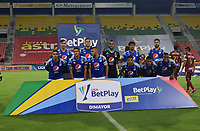 IBAGUE - COLOMBIA, 06-10-2020: Jugadores del Millonarios posan para una foto previo al e partido entre Deportes Tolima y Millonarios por la fecha 12 de la Liga BetPlay DIMAYOR 2020 jugado en el estadio Manuel Murillo Toro de la ciudad de Ibagué. / Players of Millonarios pose to a photo prior the match for the date 12 as part BetPlay DIMAYOR League 2020 between Deportes Tolima and Millonarios played at Manuel Murillo Toro stadium in Ibague city.  Photo: VizzorImage / Joan Stiven Orjuela / Cont