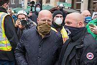 """Sogenannten """"Querdenker"""" sowie verschiedene rechte und rechtsextreme Gruppen hatten fuer den 18. November 2020 zu einer Blockade des Bundestag aufgerufen. Sie wollten damit verhindern, dass es eine Abstimmung ueber das Infektionsschutzgesetz gibt.<br /> Es sollen sich ca. 7.000 Menschen versammelt haben. Sie wurden durch Polizeiabsperrungen daran gehindert zum Reichstagsgebaeude zu gelangen. Sie versammelten sich daraufhin u.a. vor dem Brandenburger Tor.<br /> Im Bild vlnr.: Der Rechtsextremist Andreas Edwin Kalbitz (aus der AfD ausgeschlossen) und sein Bodyguard.<br /> 18.11.2020, Berlin<br /> Copyright: Christian-Ditsch.de"""