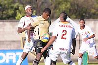 MEDELLIN -COLOMBIA, 16-06-2013. Cristian Nazarit (C) de Itagüí disputa el balón con dos jugadores de Tolima durante partido de los cuadrangulares finales F1 de la Liga Postobón 2013-1 jugado en el estadio Metroplitano Ciudad de Itagüí./ Itagüi player Cristian Nazarit (C) fights for the ball with Tolima players during match of the final quadrangular 1th date of Postobon  League 2013-1 at Metropolitano Ciudad de Itagüi. Photo: VizzorImage/Luis Rios/STR