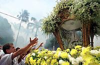 Pagadores de promessa louvam a imagem de Nossa Senhora de Nazaré durante a procissão do Círio. <br />Acompanhada por cerca de 1.500.000 de pessoas, é  considerada uma das maiores procissões religiosas do planeta.<br />Belém-Pará-Brasil                  <br />10/2000 <br />©Foto: Lilia Tandaya/Interfoto